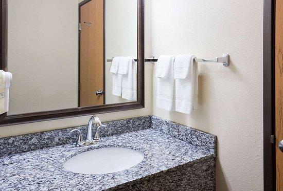 Sartell, MN: Guest room bath