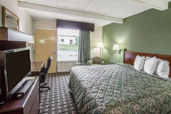 Laurens, SC: Guest room with added amenities