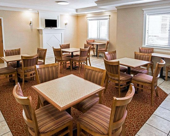 Hebron, IN: Enjoy breakfast in this seating area