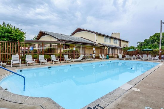 Front Royal, VA: Relax by the pool
