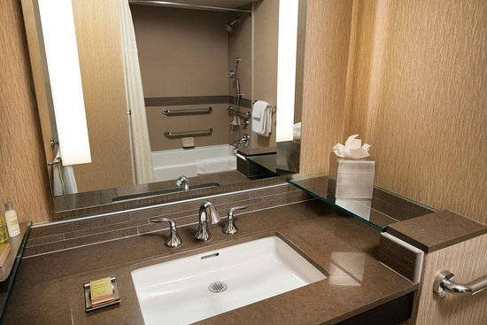 DoubleTree by Hilton Hotel Sonoma Wine Country: Bathroom Single Vanity