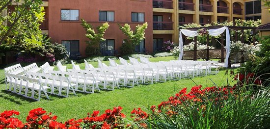 DoubleTree by Hilton Hotel Sonoma Wine Country: Courtyard Wedding Ceremony