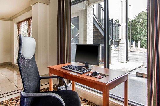 Rodeway Inn: Computer in the lobby