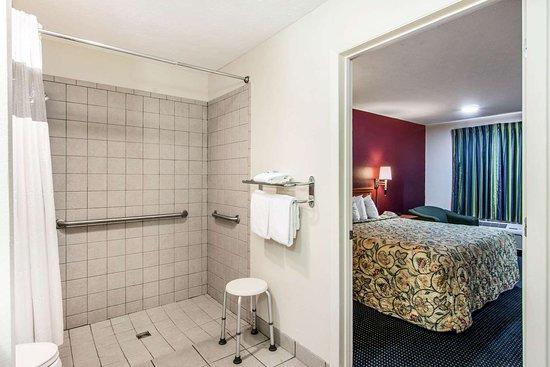 Rodeway Inn: Bathroom in guest room