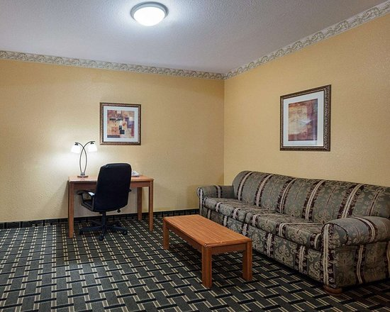 Econo Lodge Inn & Suites Horn Lake: Guest room with desk area