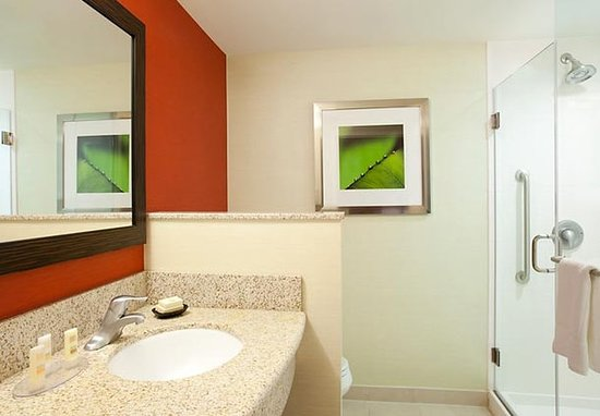 Courtyard by Marriott Burlington Mt. Holly Westampton: Guest room