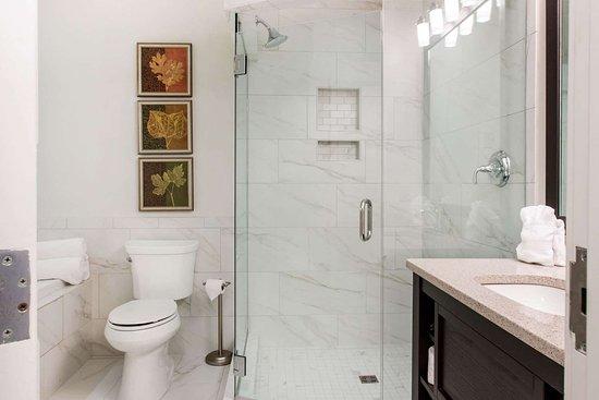Plainwell, MI: Bathroom in guest room
