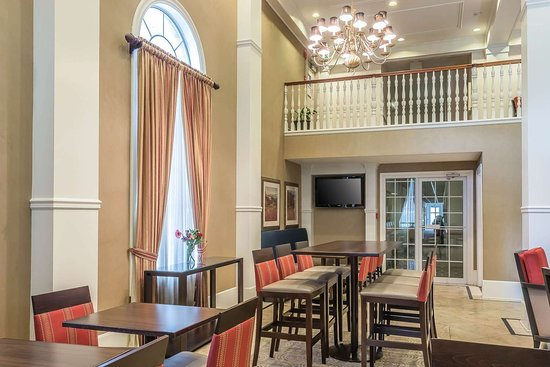Plainwell, MI: Enjoy breakfast in this seating area