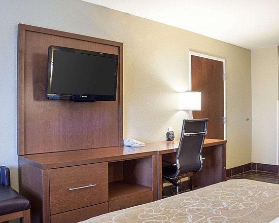 Comfort Suites Minot: Spacious room with flat-screen television