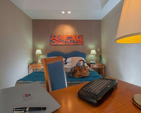 Quality hotel rouge et noir roma rom italien hotel for Media room guest bedroom