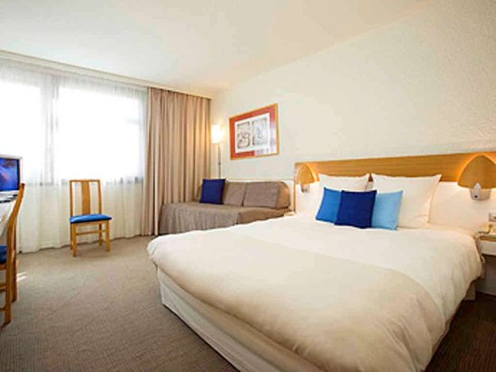 Evry, France: Guest room