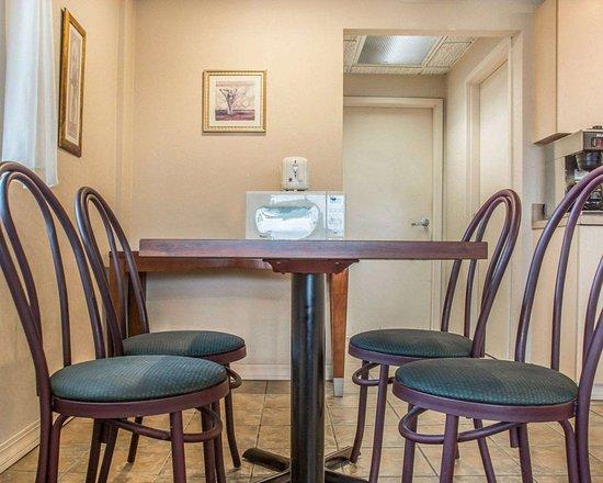 DeWitt, NY: Breakfast area in the lobby