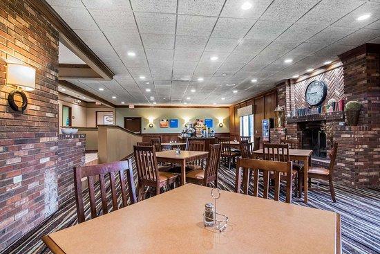 Comfort Inn Cortland: Enjoy breakfast in this seating area