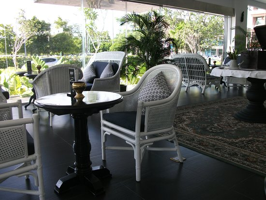 Moat Bar & Grill: Lounge area
