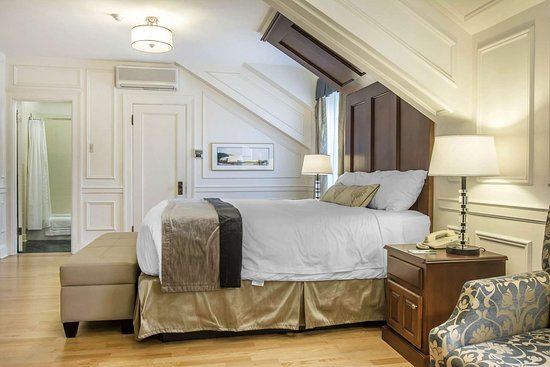 Digby Pines Golf Resort & Spa: Guest room with whirlpool bathtub