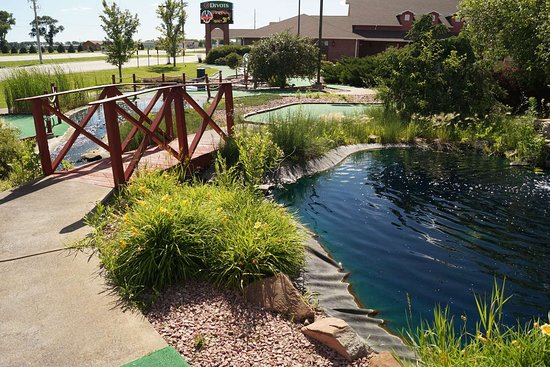 Norfolk Lodge & Suites Ascend Collection: Enjoy a round of mini-golf