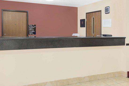 Americas Best Value Inn- Galesburg: Front Desk