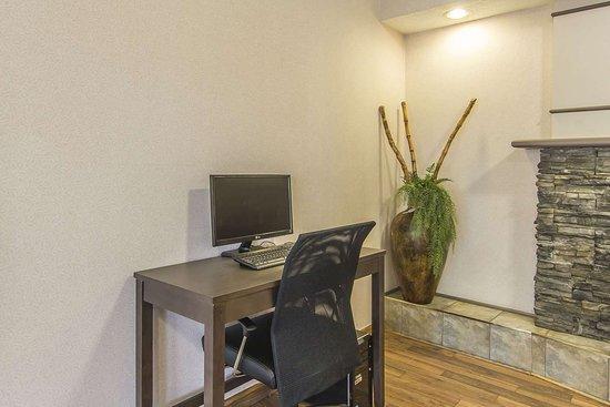 Econo Lodge Inn & Suites : Business center