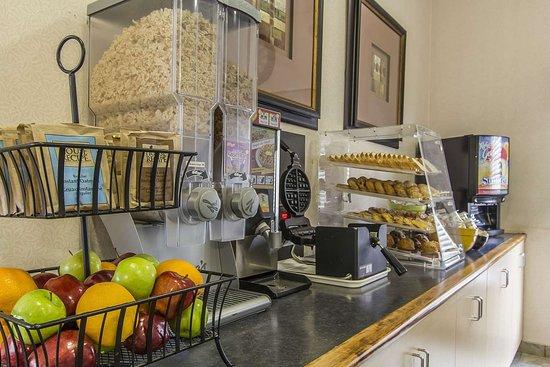 Econo Lodge Inn & Suites : Breakfast area