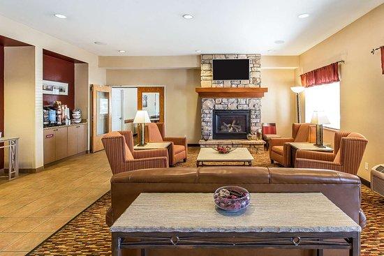 Quality Inn & Suites Loveland: Spacious lobby with sitting area
