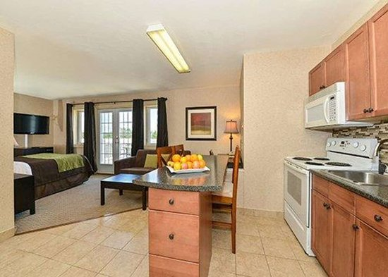 Comfort Inn Halifax: Spacious suite with kitchen area