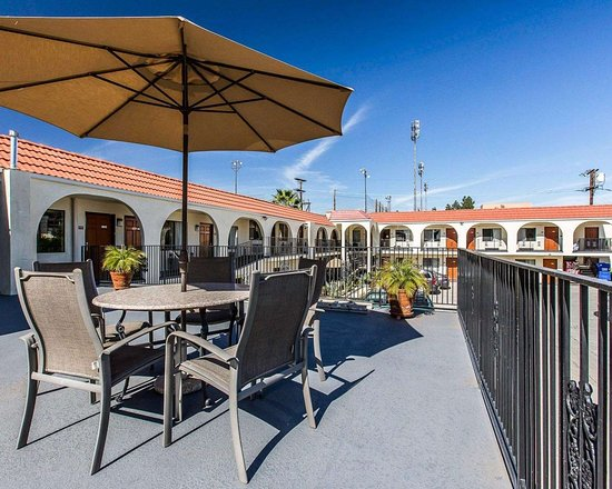 Econo Lodge: Relax on the hotel patio