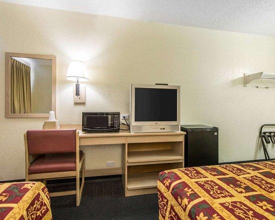 رودواي إن بويبلو سي أو: Guest room with microwave and refrigerator