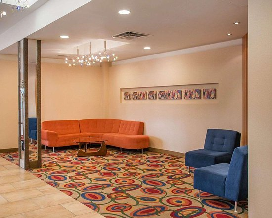 Quality Inn & Suites: Spacious lobby with sitting area