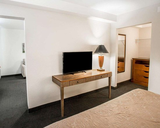 Evans, CO: Spacious room with flat-screen television