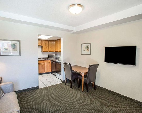Evans, CO: Spacious suite with living room