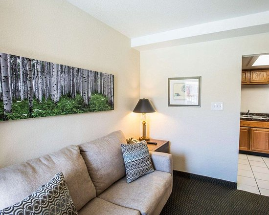 Evans, CO: Spacious suite with sitting area