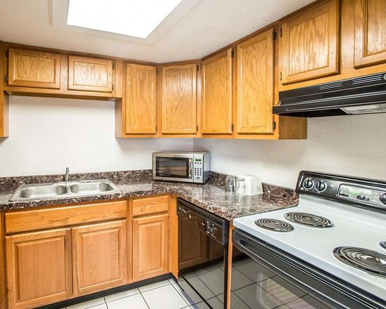 Evans, CO: Spacious suite with kitchen area