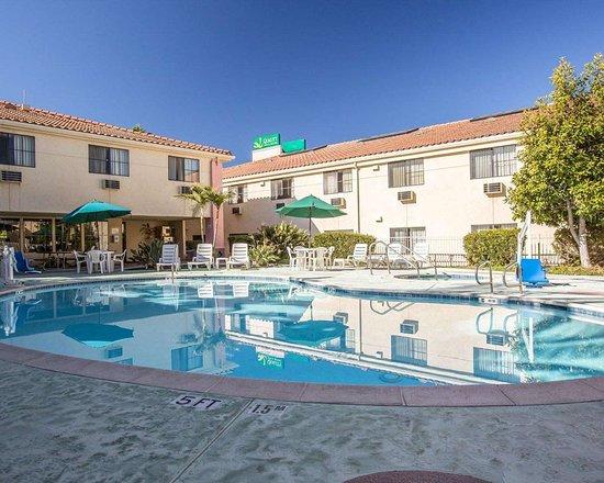 Walnut, Kaliforniya: Outdoor pool with hot tub and sundeck
