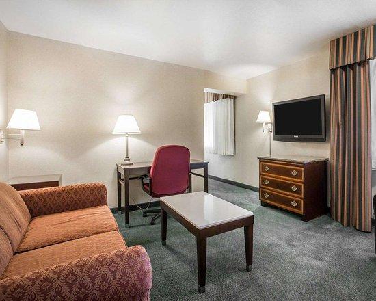 Walnut, Kaliforniya: Spacious suite with living room