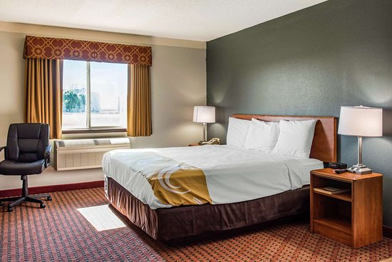 Gaylord, MN: King suite with whirlpool bathtub