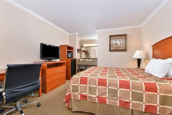 Rockdale, TX: One Queen Bed