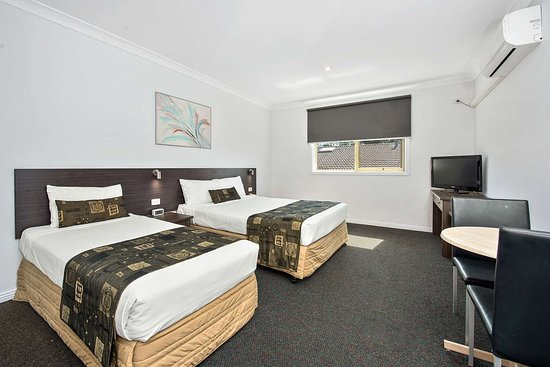 Comfort Inn Dandenong: Guest room with two beds