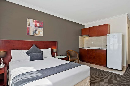 Comfort Inn Dandenong: Guest room with added amenities