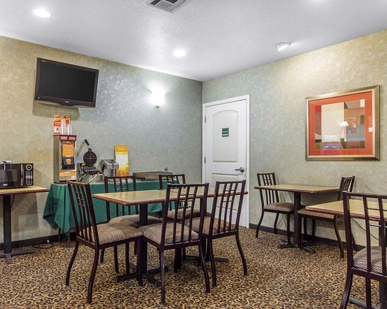 Quality Inn & Suites : Enjoy breakfast in this seating area