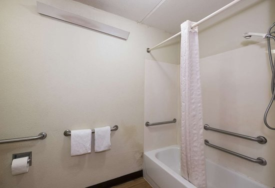 Red Roof Inn Atlanta - Norcross: ADA Accessible Bathroom