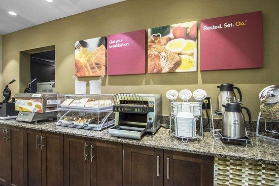 Comfort Suites Saskatoon: Spacious breakfast area