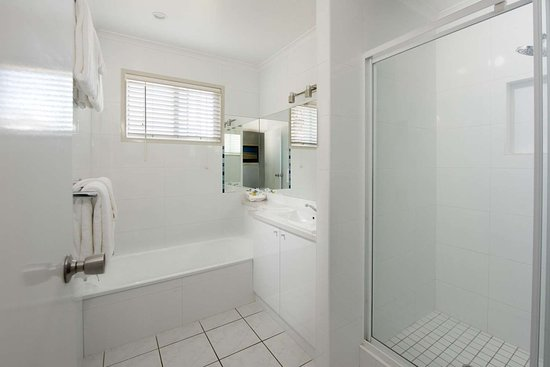 Blacks Beach, ออสเตรเลีย: Bathroom in guest room