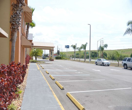 Mulberry, FL: Front Side Hotel with Parking area