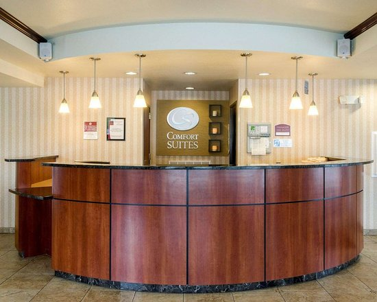 Comfort Suites Seaford: Front desk with friendly staff
