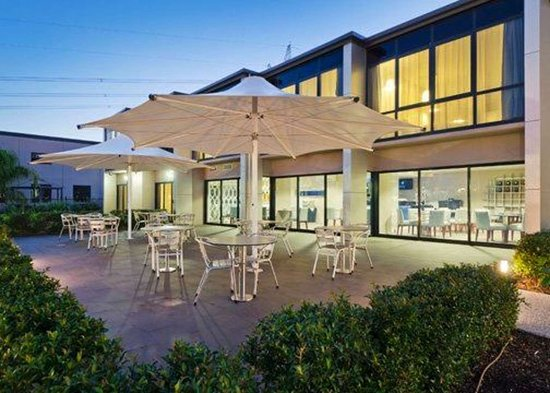 Taylors Lakes, Australia: Relax on the hotel patio
