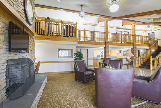 Harrington, DE: Spacious lobby with sitting area