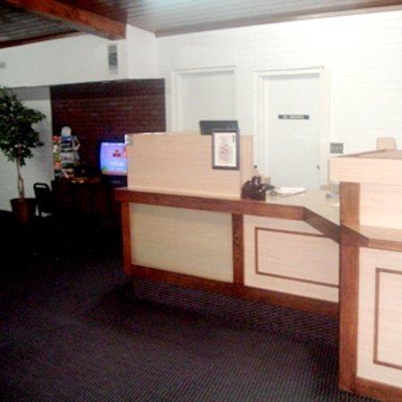 Trade Winds Inn: Front Desk