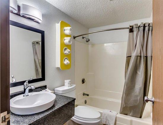 Motel 6 Albert Lea: bathroom
