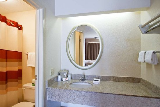 Red Roof Inn Pittsburgh North Cranberry Township : RRI Pittsburgh North Bathroom