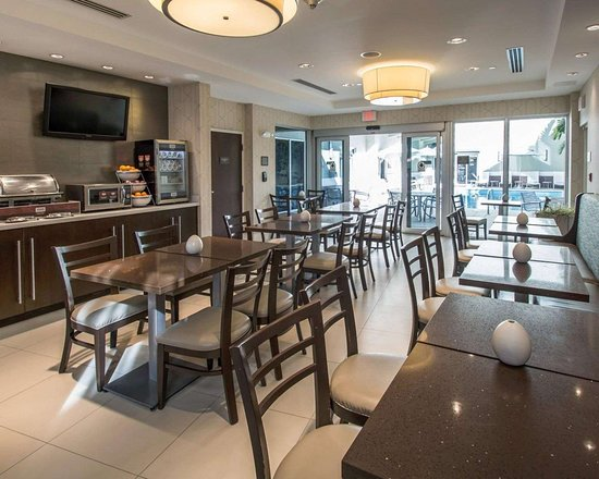 Comfort Suites Miami Airport North: Enjoy breakfast in this seating area